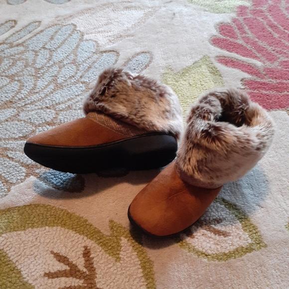 Isotoner women's 8.5 to 9 fuzzy slipper boots